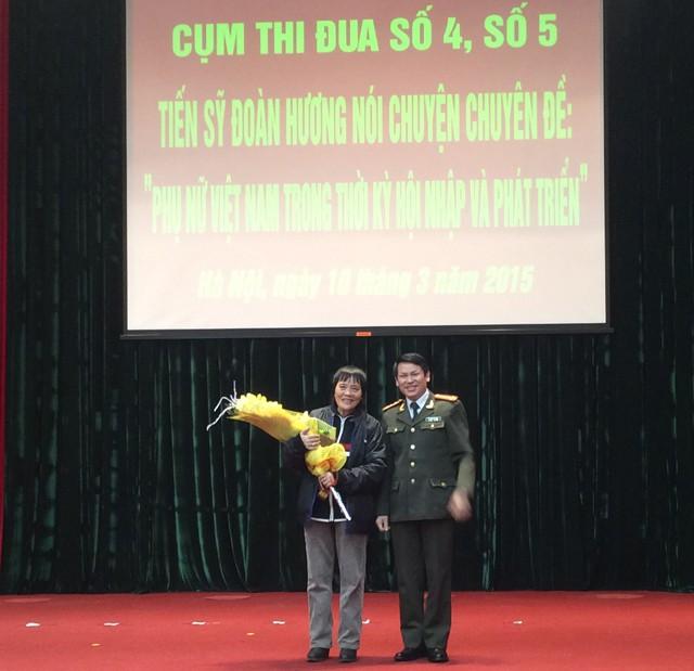 Đại tá Nguyễn Văn Viện, Trưởng phòng Tham mưu CATP Hà Nội tặng hoa, cảm ơn TSKH Đoàn Hương