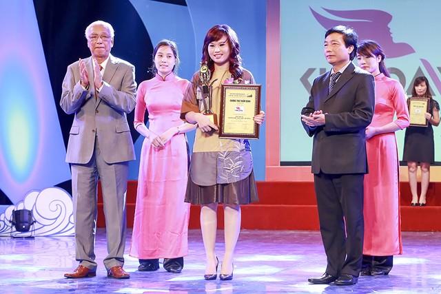 Nhà tạo mẫu tóc Kim Loan được Viện Sở hữu trí tuệ Quốc tế vinh danh tại buổi lễ.