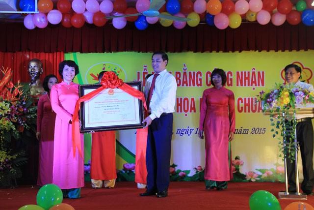 Bà Lê Hương Chi, Hiệu trưởng nhà trường thay mặt tập thể các thầy cô giáo đón nhận Bằng công nhận trường Mầm non đạt chuẩn Quốc gia mức độ 1.