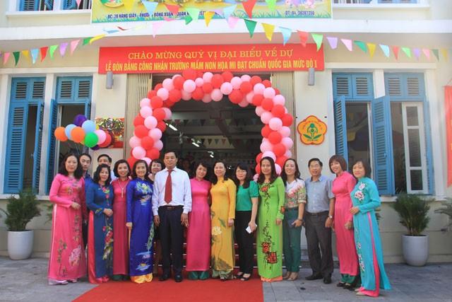 Các thầy cô giáo chụp ảnh lưu niệm cùng ông Đinh Hồng Phong, Phó Chủ tịch UBND Quận Hoàn Kiếm