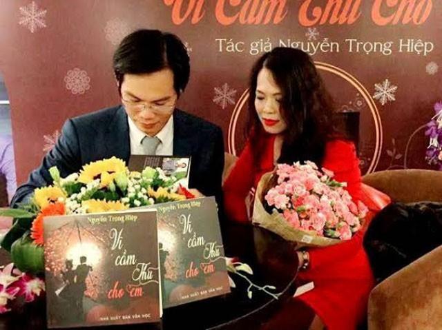 Nguyễn Trọng Hiệp ký tặng sách cho độc giả