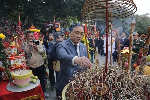Bí thư Thành ủy Hà Nội Hoàng Trung Hải thành kính dâng hương