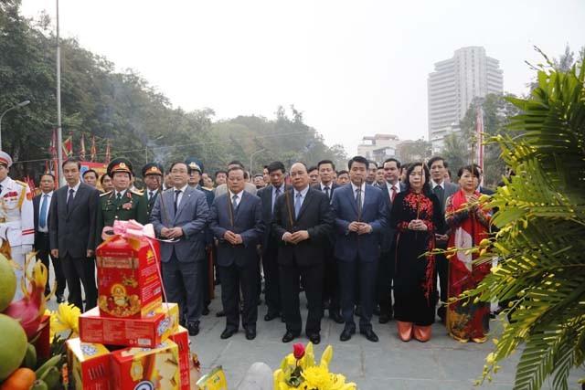 Phó Thủ tướng Nguyễn Xuân Phúc cùng các vị đại biểu dâng hưởng tưởng nhớ công lao của người anh hùng áo vải Quang Trung - Nguyễn Huệ