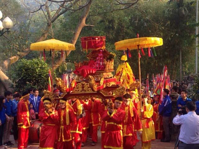Không gian hành lễ tại đền Thượng, các thôn lần lượt dâng lễ vật