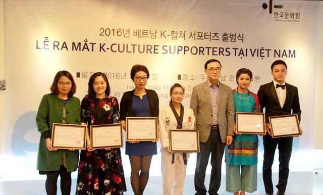BTV Khánh Linh (người thứ hai bên phải) là một trong 15 thành viên của Nhóm đại diện quảng bá văn hóa Hàn Quốc tại Việt Nam.