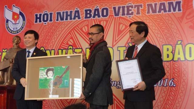 Phó Chủ tịch Thường trực Hội Nhà báo Việt Nam, ông Hồ Quang Lợi tiếp nhận hiện vật do các cá nhân trao tặng cho Bảo tàng Báo chí Việt Nam