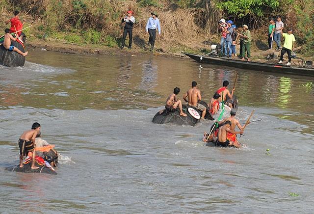 Hấp dẫn cuộc thi bơi dành cho voi trên dòng sông Sêrêpốc ảnh 7