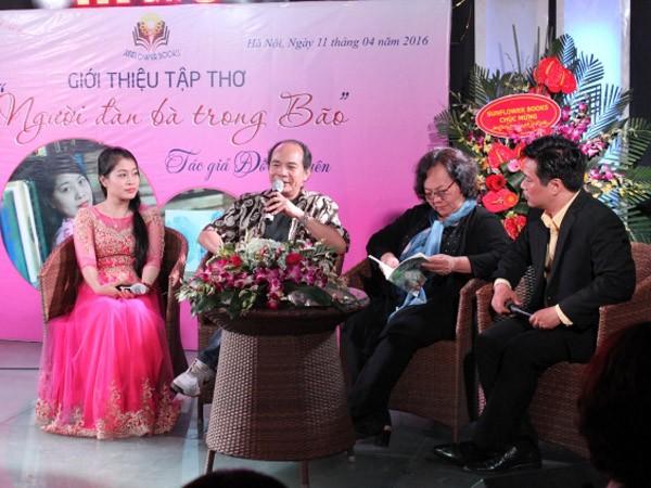 Tác giả Đỗ Quyên (bên trái) tại buổi ra mắt tập thơ