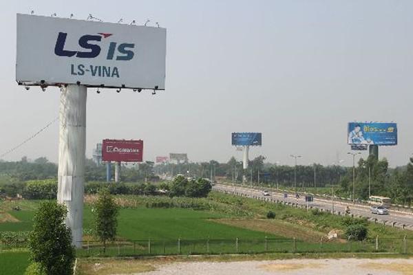Biển quảng cáo tấm lớn dọc cao tốc Thăng Long-Nội Bài