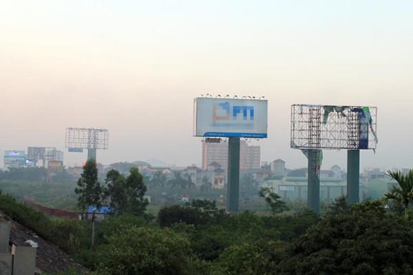 Trên đoạn đường dài chưa đến 1 km Thăng Long-Nội Bài nhưng có đến 5 biển quảng cáo tấm lớn