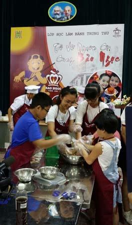 Các em nhỏ đã được thử tài khéo léo làm bánh Trung thu tại lớp học
