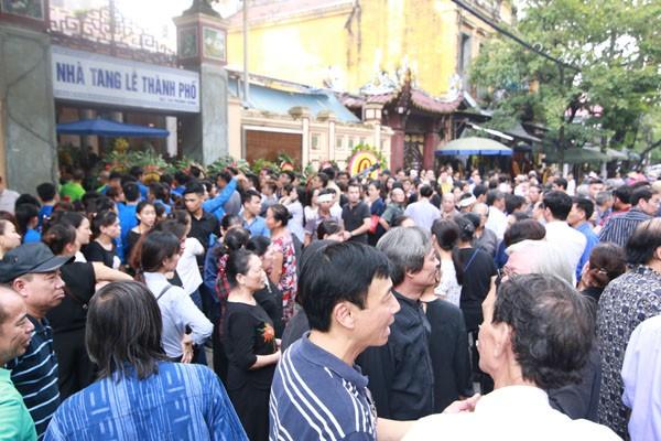 Trước cửa Nhà tang lễ 125 Phùng Hưng rất đông người đã có mặt để tiễn biệt nghệ sĩ