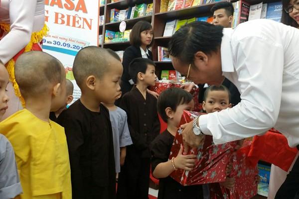 20 phần quà đã được công ty Fahasa trao tặng cho các em học sinh có hoàn cảnh khó khăn tại quận Long Biên