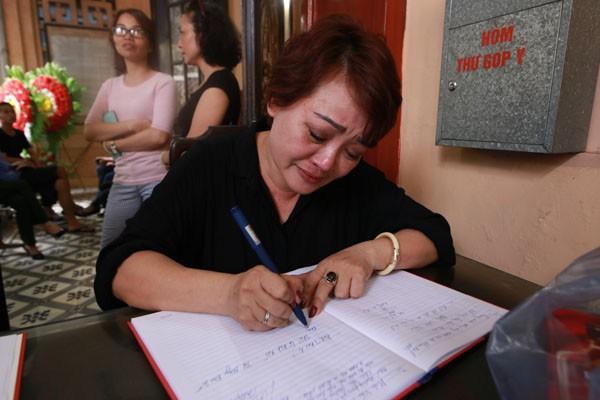 Nghệ sỹ Trà My, người em của nghệ sỹ Hán Văn Tình nghẹn ngào ghi sổ tang