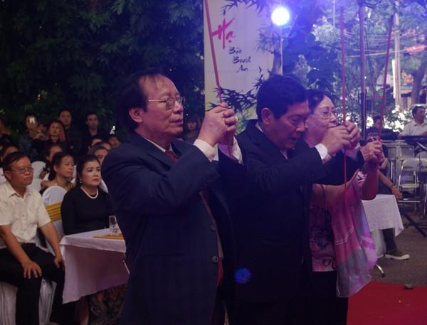 NSND Lê Tiến Thọ, Chủ tịch Hội Nghệ sỹ Sân khấu Việt Nam thành kính thắp nén hương bên bàn thờ tổ.