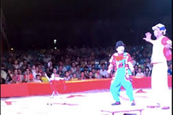 Những giây phút cuối cùng NSƯT Trường Thành (bên trái) trên sân khấu
