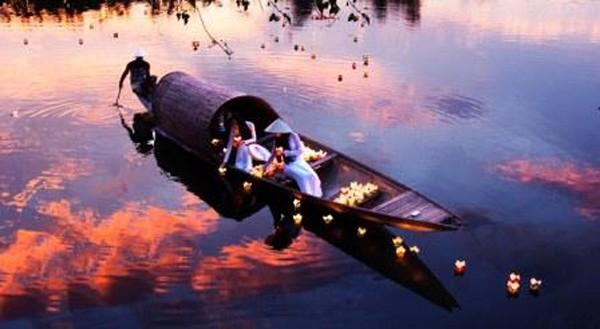 """Bức ảnh """"Thả hoa đăng"""" của Nguyễn Văn Trực"""