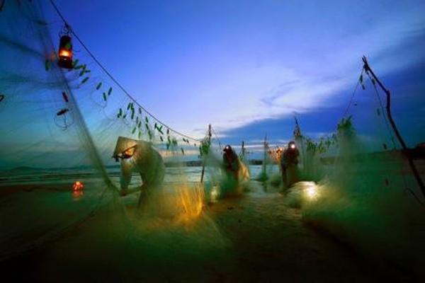"""Bức ảnh """"Nhịp sống miền biển"""" của Trần Đình Thương"""
