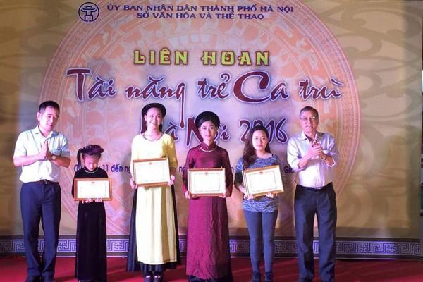Nhà nghiên cứu Đặng Hoành Loan (phải) trao giải Nhất cho các thí sinh