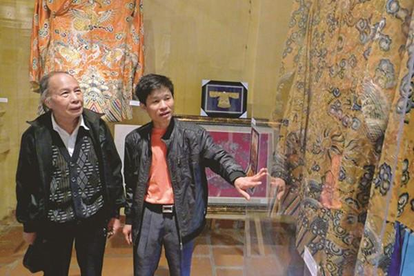 Nghệ nhân Vũ Giỏi và bộ áo dài phục dựng theo lối cung đình Huế