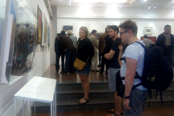 Công chúng tham quan triển lãm