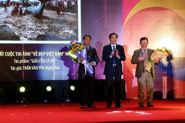 Đồng chí Thuận Hữu, Tổng biên tập Báo Nhân dân trao giải Nhất và Nhì cuộc thi cho hai tác giả