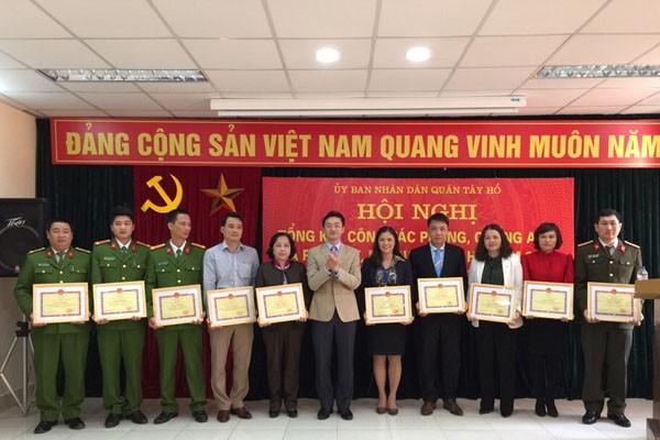 Phó Chủ tịch UBND quận Tây Hồ Phạm Xuân Tài trao Quyết định khen thưởng cho các cá nhân có thành tích xuất sắc trong công tác phòng chống tệ nạn ma túy-mại dâm năm 2016