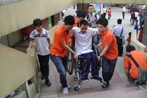 Giúp đỡ người khuyết tật là hành vi đẹp trong ứng xử nơi công cộng