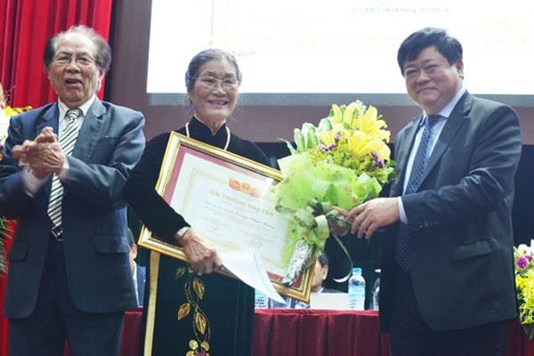 PGS. TS Nguyễn Thế Kỷ trao tặng giải thưởng Đào Tấn cho vợ cố nhạc sỹ Trương Minh Phương