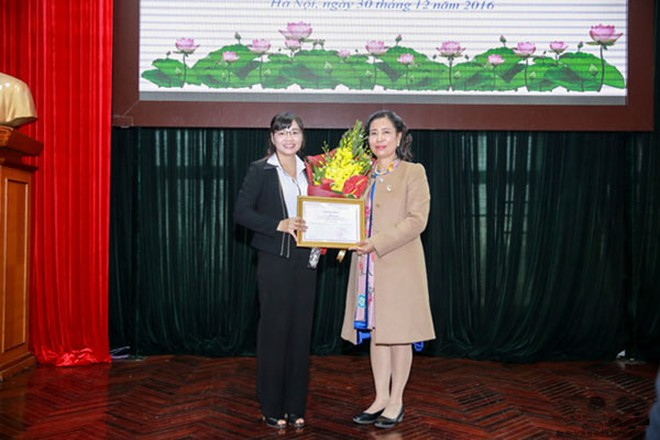 Thứ trưởng Bộ VH-TT&DL Đặng Thị Bích Liên trao giải Nhất cuộc thi cho tác giả. Ảnh: Minh Khánh.