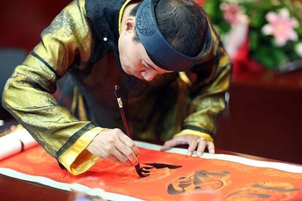 Du khách sẽ được trải nghiệm Tết Việt qua nhiều hoạt động như viết thư pháp, in tranh Đông Hồ…