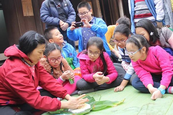 Các em học sinh được hướng dẫn gói bánh chưng Tết