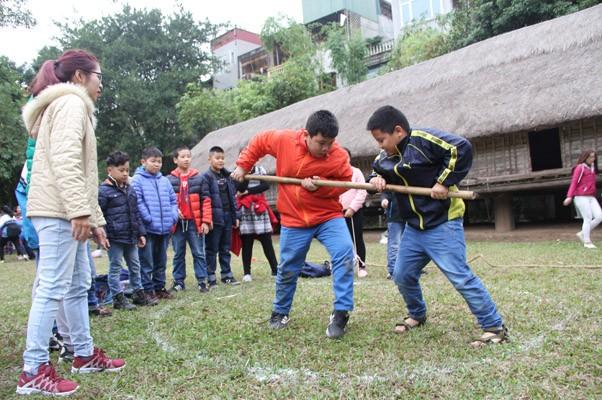 Trò chơi đẩy gậy của người Mông