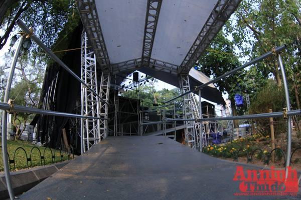 Bục lên xuống sân khấu dành cho nhạc công có mái che, đáp ứng yêu cầu của phía Dàn nhạc Giao hưởng London
