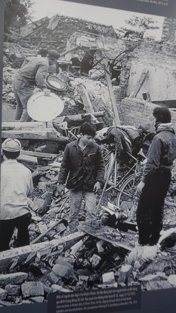 Ngõ Chợ Khâm Thiên tan hoang sau một trận bom