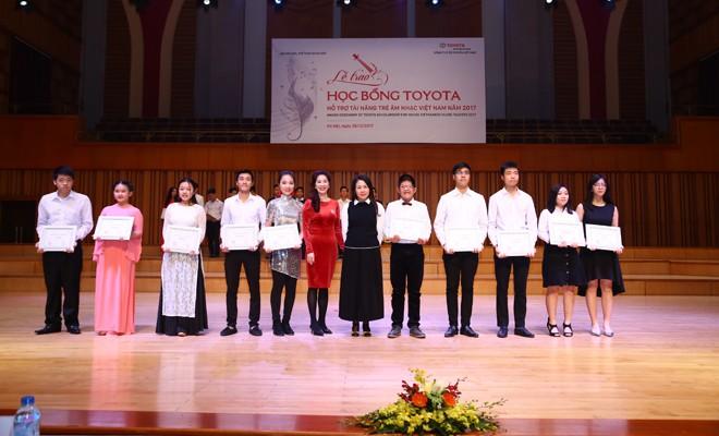 Bà Đỗ Thu Hằng, Phó Tổng Giám đốc công ty ô tô Toyota Việt Nam và bà Lê Thị Thu Hiền, Vụ trưởng Vụ Đào tạo, Bộ VHTT & DL trao học bổng cho các sinh viên xuất sắc