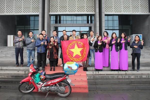 Nhạc sĩ Đỗ Lập tặng lại Bảo tàng Hà Nội chiếc xe máy đã cùng ông rong ruổi trong 3 năm đến các vùng, miền để sưu tầm chữ ký của nhiều người dân Việt Nam thắp lên tình yêu biển đảo quê hương.