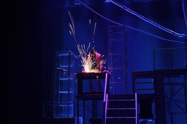 Vở kịch rất đời bởi khán giả có thể ngửi thấy mùi sắt cháy ngay khi xem kịch