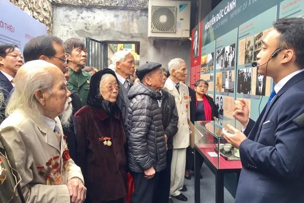 Các đồng chí lão thành cách mạng ôn lại ký ức một thời qua các hình ảnh, hiện vật trưng bày