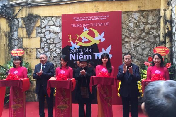 """Giám đốc Sở VH-TT Hà Nội Tô Văn Động cùng các khách mời cắt băng khai mạc trưng bày chuyên đề """"Sáng mãi niềm tin"""""""