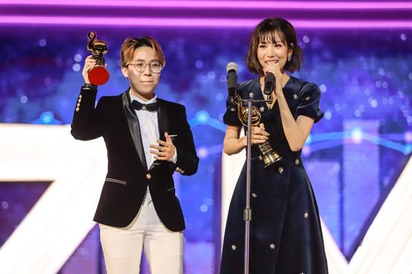 Ca sỹ Min (Phải) trên sân khấu ZMA 2017