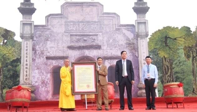 Đồng chí Lê Ánh Dương, Phó Chủ tịch UBND tỉnh Bắc Giang (ngoài cùng, bên phải) đã trao quyết định công nhận Mộc bản chùa Bổ Đà là Bảo vật quốc gia.