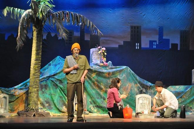 Vở kịch được mở đầu bằng cảnh diễn để lại nhiều thương nhớ trong lòng khán giả