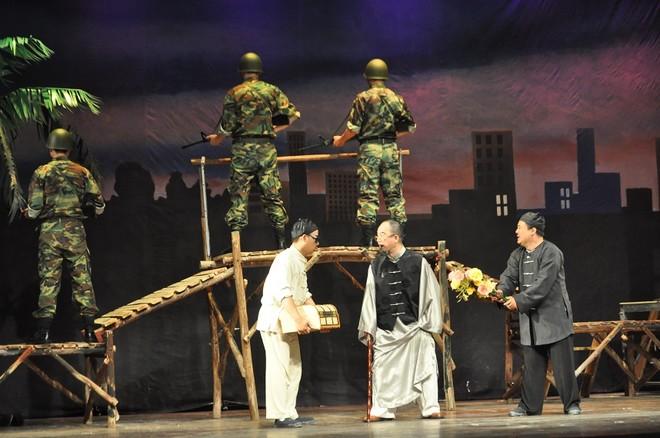 NSƯT Hồng Tuấn (vai Ba Tẩu) đã vào vai rất ngọt trong hình hài của một tên trùm mật thám khét tiếng
