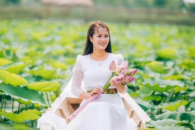 """""""Hiện tượng"""" Phạm Thị Ngọc Thanh khoe sắc tinh khôi cùng sen hạ ảnh 3"""