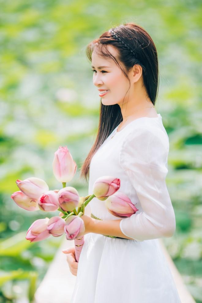 """""""Hiện tượng"""" Phạm Thị Ngọc Thanh khoe sắc tinh khôi cùng sen hạ ảnh 2"""