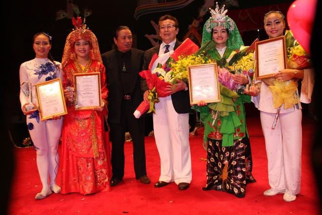 NSƯT Hoàng Minh Khánh, Hiệu trưởng Trường Trung cấp nghệ thuật xiếc và Tạp kỹ Việt Nam (người ôm hoa)