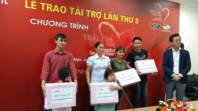 Gia đình các bệnh nhi nhận quà từ nhà tài trợ Lixil Việt Nam