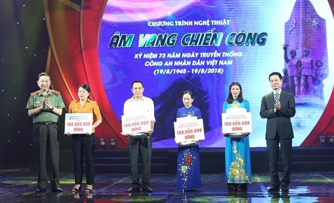 Bộ trưởng Bộ Công an Tô Lâm đã trực tiếp trao cho đại diện gia đình các liệt sĩ.