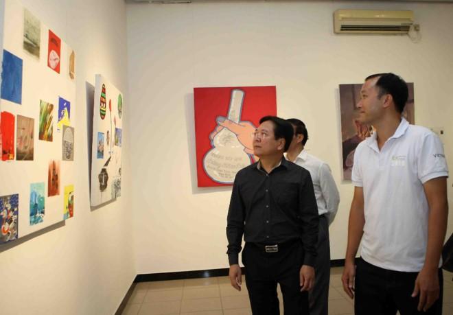 Thứ trưởng Bộ VHTTDL Vương Duy Biên tham quan triển lãm